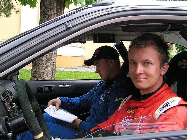 Rohatecký jezdec Jan Lunga ve svém voze se spolujezdcem Janem Kubalou na Rally Kopná.