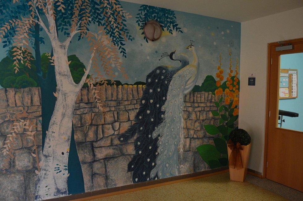 Svými malbami Michaela Piňosová mění studené pokoje nemocnic i domovů důchodců v krajinu fantazie.