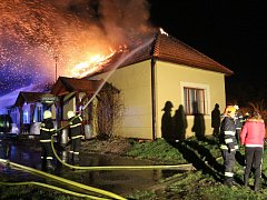 Požár hospody v Louce na Horňácku. S plameny bojovali hasiči více než pět hodin.