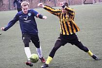 Fotbalisté Mutěnic v zimní přípravě porazili Inter Bratislava 2:1. Mezi střelce se v sobotním duelu zapsal i domácí záložník Jiří Maršálek (v modrém dresu).