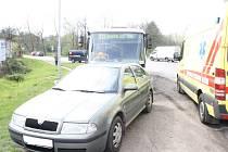 Nehoda autobusu a osobního auta ve Velkomoravské ulici v Hodoníně.