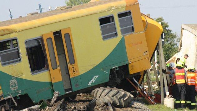 Osobní vlak se srazil s traktorem. Jeho řidič zemřel, čtyři vagony vykolejily