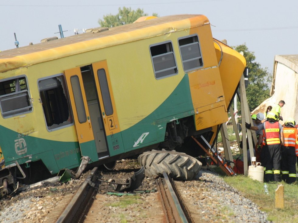 V úterý krátce před půl druhou vykolejil u Vnorov vlak po srážce s traktorem. Neštěstí se stalo na přejezdu blízko ulice Průhony.