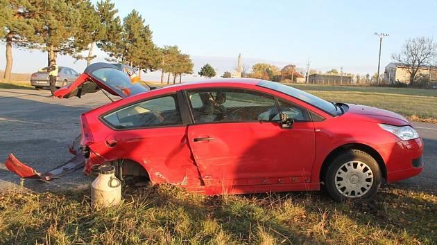 Poblíž Mutěnic se srazil Volkswagen Passat s Citroenem. Náraz Citroenu urazil zadní nápravu, ta skončila v trávě.
