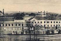 Pohled přes vlakové nádraží k Nádražní restauraci. Ta se nacházela v levé části budovy.