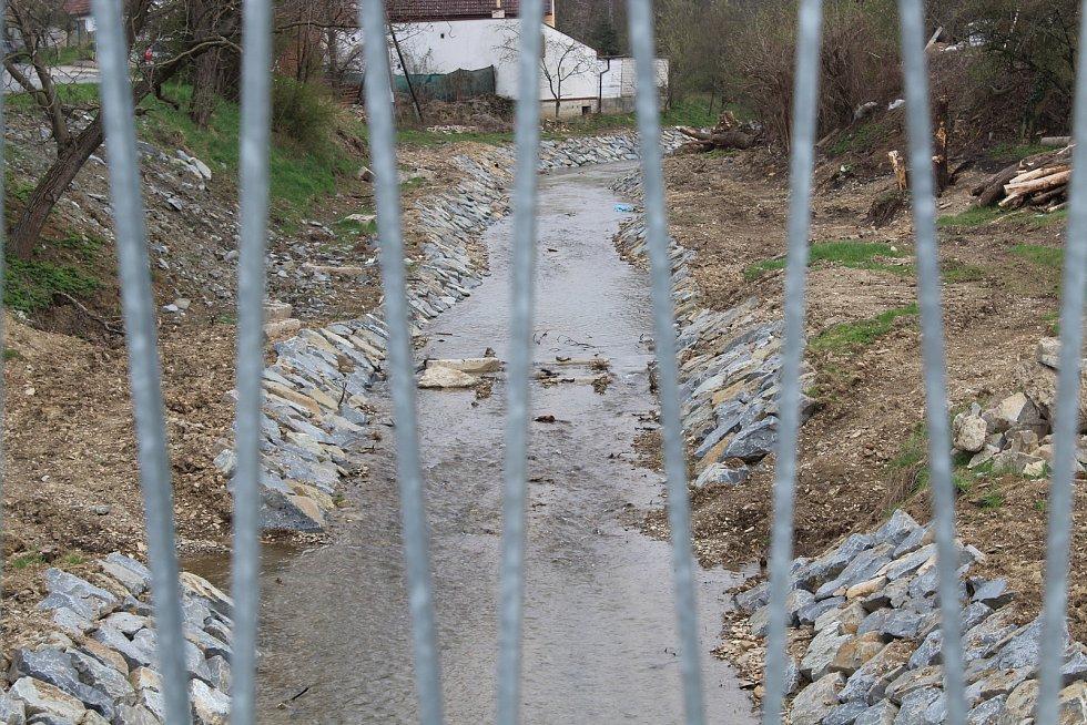 Úpravy koryta říčky Radějovky v Radějově. Pohled z nového mostu.