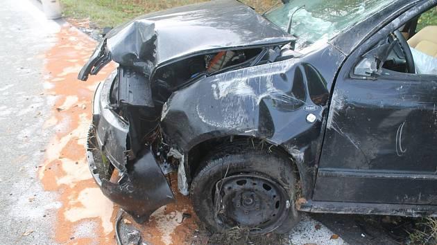 Řidič dostal smyk na mokré vozovce. Lehká zranění utrpěli tři lidé.