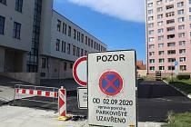 Omezení a opravy parkoviště za budovou České spořitelny v Hodoníně.