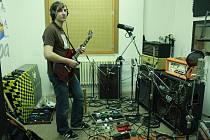 Zkouška kapely Shatoon. Kytarista Mara