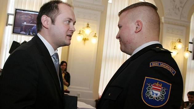 Vnorovský hasič Martin Svoboda a jihomoravský hejtman Michal Hašek