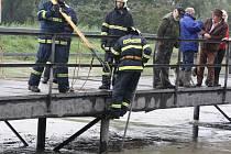Hasiči odstraňovali na řece Veličce ve Strážnici nánosy, které se zachytávaly o sloupy mostku. Chtěli zajistit bezproblémový průtok stoupající hladiny vody.