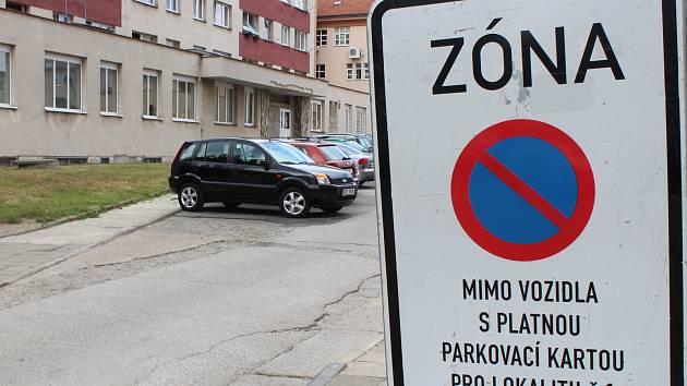 Rezidentní parkování v centru Hodonína. Ilustrační foto.