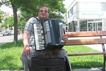 Hudebník ze Slovenska si hraním přivydělává na živobytí.