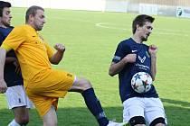 Fotbalisté Mutěnic (v modrých dresech) v jihomoravském krajském přeboru zaznamenali další vítězství a dál nahánějí vedoucí Tišnov.