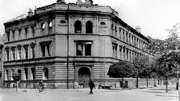 Po průchodu fronty vypálená reálka v ulici Horní Valy.
