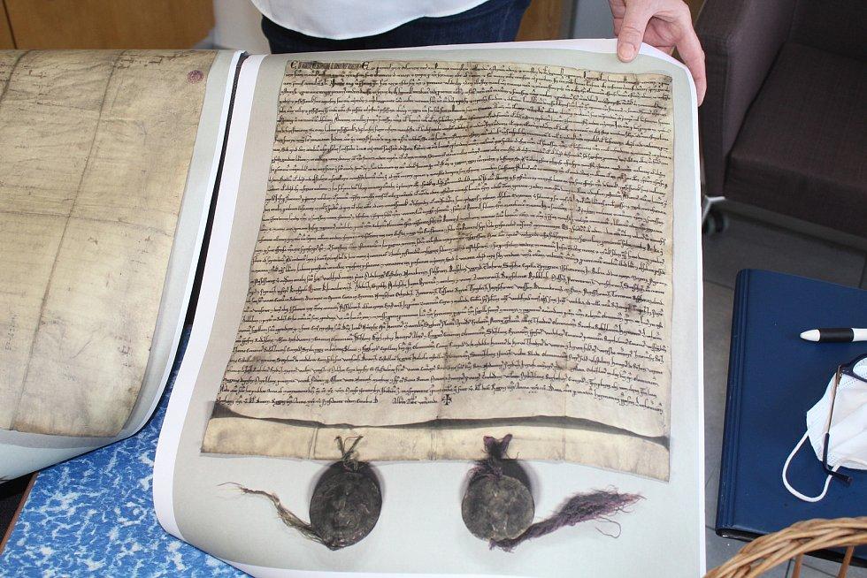 Kronikářka Lenka Svorová s kopií listiny s první doloženou písemnou zmínkou o obci Vacenovice.