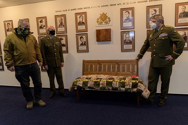 Darování lavičky válečných veteránů sdekou cti Generálnímu štábu Armády ČR.