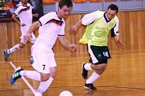 Hráče hodonínských Magic Krystals Michala Bízu (v bílém) pronásleduje obránce Vacenovic Luděk Mírovský.
