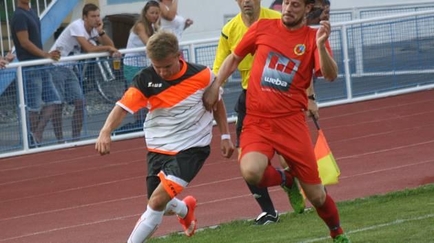 Fotbalisté Kyjova (v bílých dresech) porazili v předehrávce druhého kola první A třídy Mikulov 5:0. Mezi střelce se ve čtrtečním utkání zapsalo hned pět různých střelců.