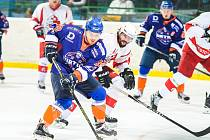 Hodonínští hokejisté (v modrých dresech) doma přehráli Opavu 6:3 a odskočili sobotnímu soupeři na rozdíl šesti bodů.