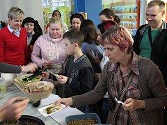 Vaření a degustace hmyzích specialit v hodonínské knihovně s kuchařem Milanem Václavíkem.