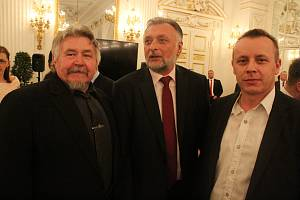 Pozvání na oslavy šesti let ve funkci hlavy státu tak přivítali bývalí řidiči legendárního předvolebního autobusu Zemák Miroslav a Robert Sečkářovi či bývalý kandidát na senátora Rudolf Bauer.