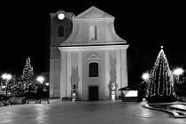 Letos jsou na námestí v Hodoníně vánoční stromy dva.