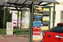 Nelegální výlep plakátů ve Veselí nad Moravou.