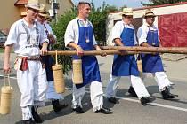 Hlavním aktérem zahájení Slováckého roku v Kyjově bývají krojovaní z Bukovan. Za doprovodu písní stavějí ozdobenou máj. Ta má letos asi čtyřicet metrů.