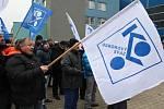 Kolem tří set padesáti nespokojených zaměstnanců demonstrovalo proti nízkým mzdám před hodonínskou armaturkou.