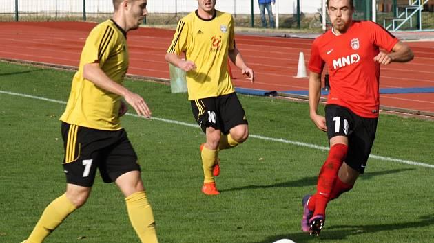 Fotbalisté Hodonína (v červených dresech) nestačili ve 28. kole na Rosice a po porážce 1:3 zůstali v divizní tabulce na druhém místě.