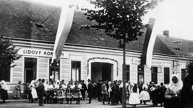 Patnáctého září 1894 se otevření dočkala reálka v ulici Štefánikova.