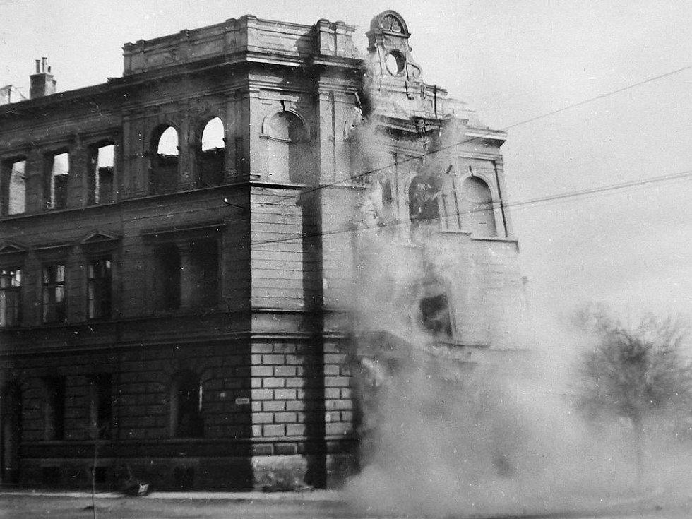 Poslední snímek vypovídá o smutném konci reálky v roce 1946.