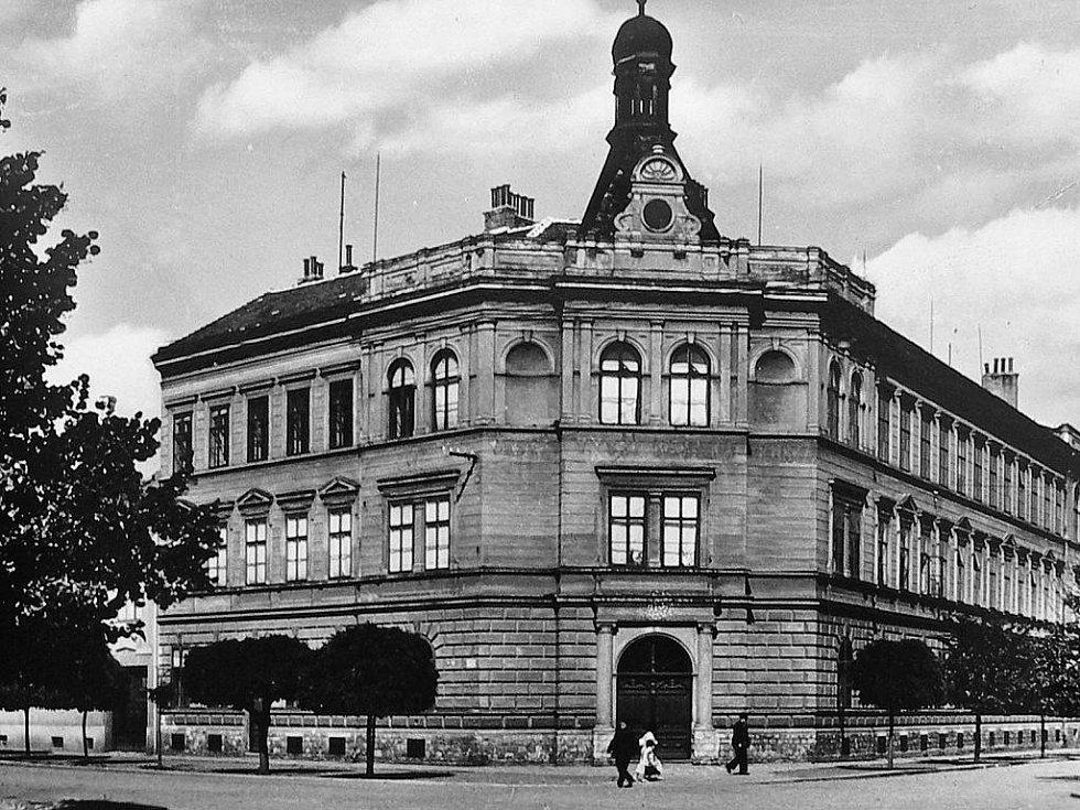 Snímek zachycuje impozantní budovu reálky na rohu ulic Horní Valy a Měšťanská.