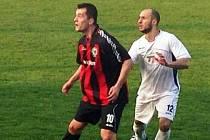 Střídající hráč Ratíškovic Tomáš Kundrata (v bílém) hlídá útočníka Ráječka Jakuba Tenoru.
