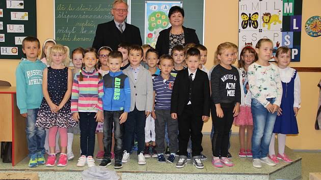 Foto ze stejné Základní škola J. A. Komenského v Kyjově, třída 1.B s učitelkou Jarmilou Grufíkovou a ředitelem Janem Navrátilem.