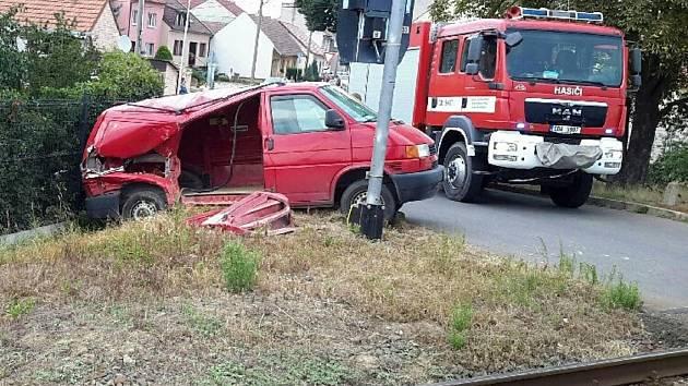 Nehoda osobního vlaku s dodávku ve veselské místní části Zarazice.