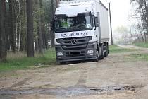 O několik set litrů nafty si přilepšil zloděj, který ukradl naftu z kamionů ve Vacenovicích (na snímku) a Rohatci. Případ už šetří policie.