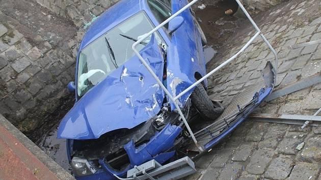 Nehoda Seatu u bzeneckého železničního přejezdu.