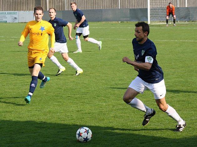 Mutěnický kapitán Milan Válek (na snímku v modrém) se střelecky prosadil i v přípravném zápase na hřišti slovenské Dunajské Lužné, kde vinaři zvítězili 3:1.