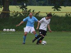 Fotbalisté Starého Poddvorova (v bílých dresech) v derby porazili rivala z Dolních Bojanovic 2:1.