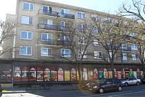 Stát prodal pozemek na Národní třídě v Hodoníně, kde stojí bytový komplex s prodejnou potravin.