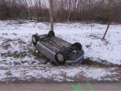 Pětasedmdesátiletá řidička dostala smyk a havarovala v Hodoníně.
