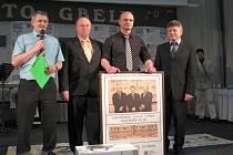 Ředitel Moravsko-slovenského běžeckého poháru, Pavel Bíla (vlevo), obdaroval obrazem slovenského kolegu Radovana Michalicu (druhý zprava). Dosavadního šéfa nahradil ve funkci Pavol Polesňák (vpravo).
