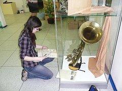 Pracovnice Masarykova muzea dokončují expozici.