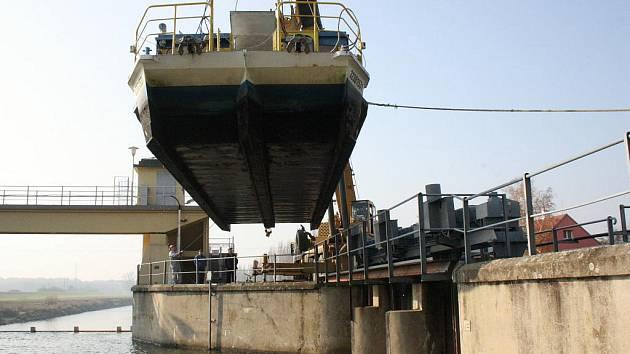 Hodonínskou loď Konstancii opět stěhoval jeřáb. Z hlavního toku ji uložil k zimnímu spánku do Staré Moravy.