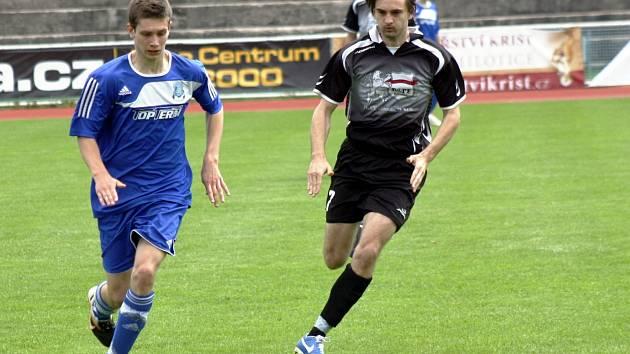 Kyjovského obránce Martina Riedla (v modrém) atakuje bzenecký forvard Adam Paták. V derby měli nakonec navrch domácí hráči, kteří vyhráli 3:2.