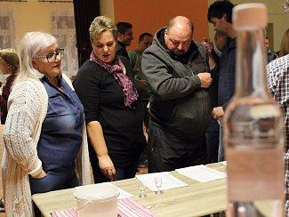 V obci Hýsly se konal první ročník koštu ovocných pálenek, který byl spojený s nabídkou zabijačkových specialit.
