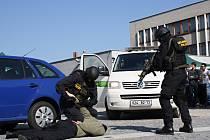 Dynamickou ukázku boje, práci se psy i únos rukojmí teroristy sledují s nadšením lidé na kyjovském náměstí. Vojenská policie ukazuje, jak vypadá zadržení pronásledovaného pachatele zločinu, a do akce vtahují i děti.