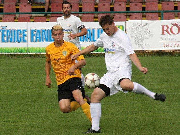 Fotbalisté Mutěnic (ve žlutých dresech) nestačili v posledním 28. kole krajského přeboru na brněnské Bosonohy, prohráli 1:4.